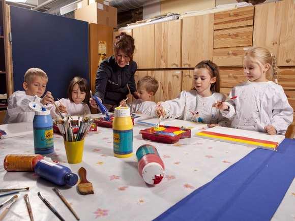 Acrylworkshop in der Landesgalerie Burgenland, Kinder beim Malen