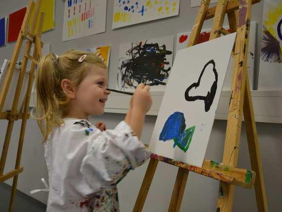 Kind malt auf Staffelei in der Landesgalerie Burgenland